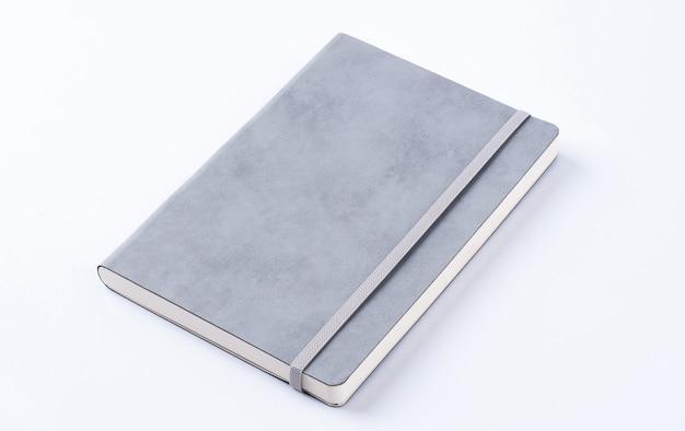 Szary rzemienny notatnik odizolowywający na białym tle