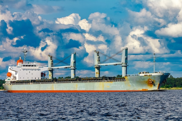 Szary statek towarowy. logistyka i przewozy towarów