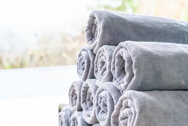 Szary stos ręczników