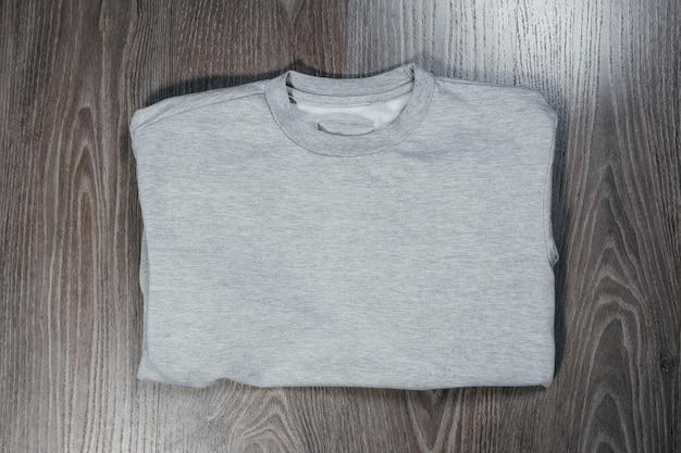Szary sweter na co dzień dla dorosłych. powrót widok z góry