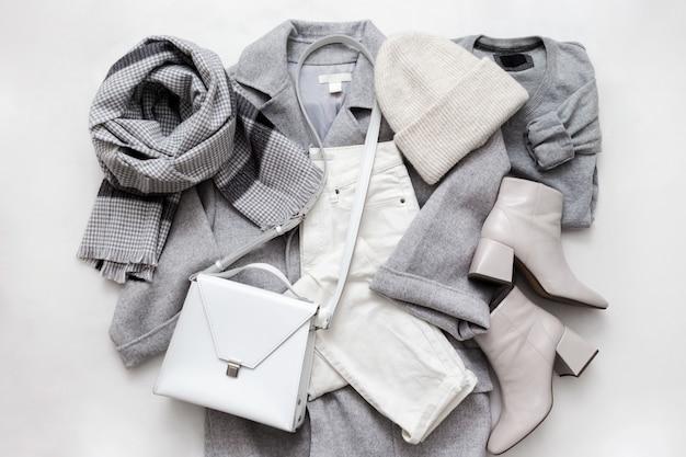 Szary szalik, płaszcz, botki, sweter, torba i dżinsy