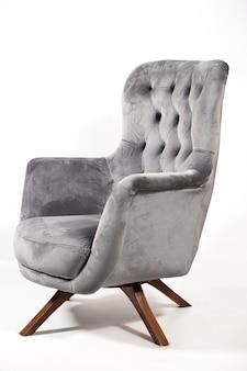 Szary wygodny fotel na białym tle na białym tle