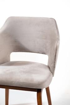 Szary wygodny fotel na białym tle