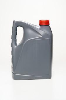 Szary z czerwoną pokrywką kanister z olejem maszynowym na białym tle