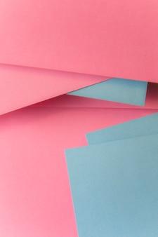 Szarym i różowym papierowym tekstury tle