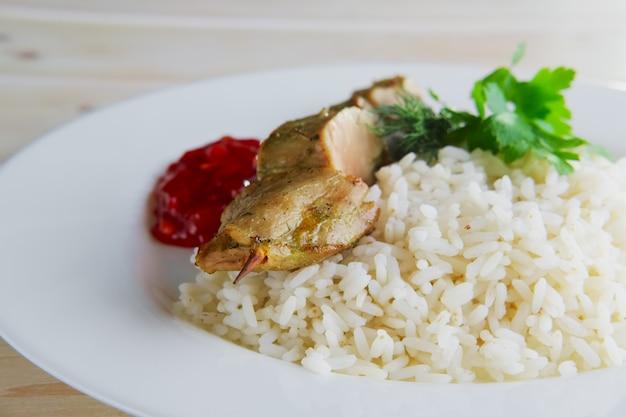 Szaszłyk wieprzowy z sosem ryżowym i pomidorowym