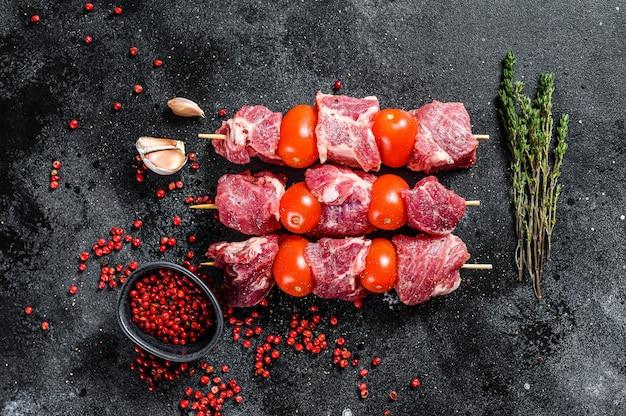 Szaszłyk wieprzowy z surowego mięsa bbq z pomidorami i przyprawami