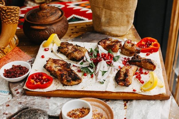 Szaszłyk z kurczaka na stole