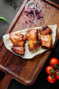 Szaszłyk z kurczaka podawany z cebulą i pomidorami