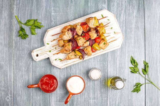 Szaszłyk z kurczaka z warzywami, keczupem, majonezem