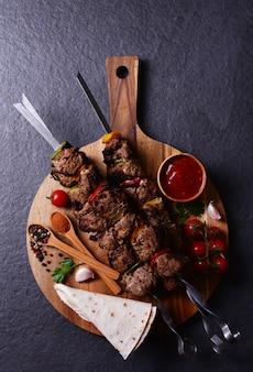 Szaszłyk z przyprawami i warzywami