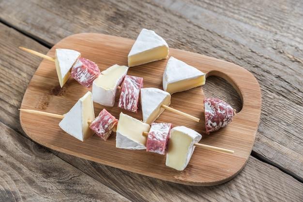 Szaszłyki z camemberta i salami