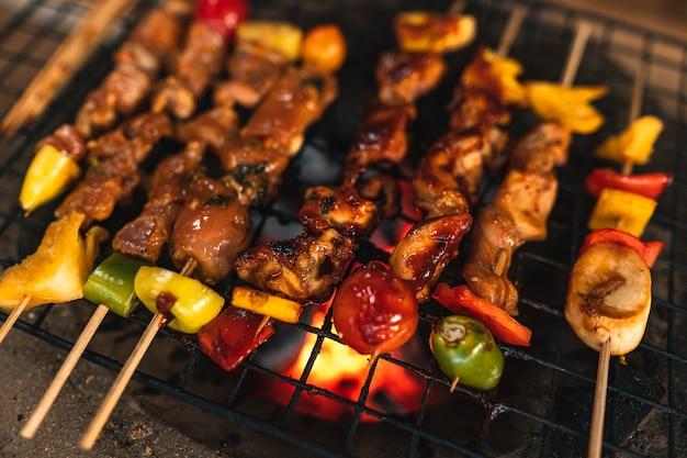 Szaszłyki z grilla grillowane na grillach węglowych w domu