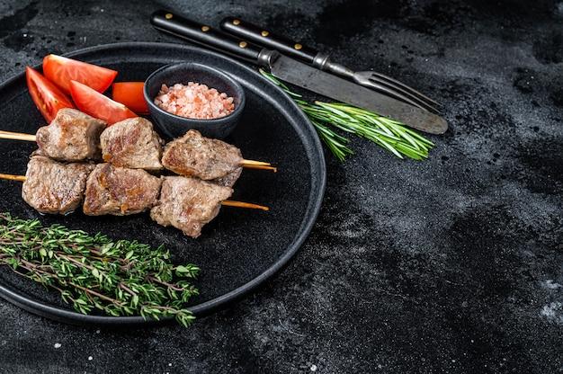 Szaszłyki z grilla mięso i warzywa na talerzu
