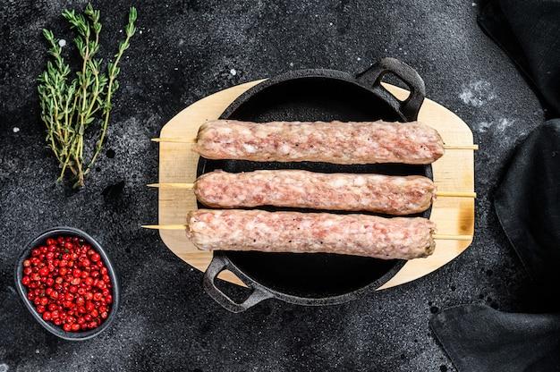Szaszłyki ze świeżego, surowego mięsa mielonego.
