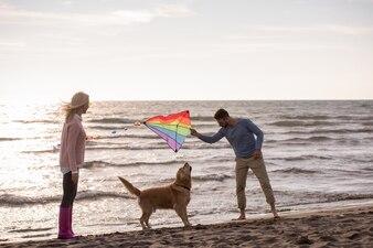 Szczęśliwa para korzystających razem na plaży