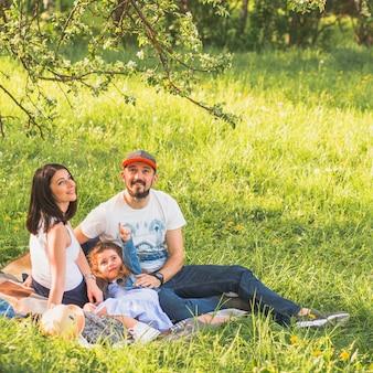 Szczęśliwa para z ich córką cieszy się w ogródzie