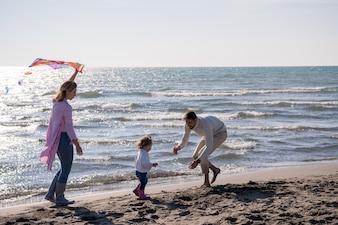 Szczęśliwa rodzina korzystających wakacje w jesienny dzień