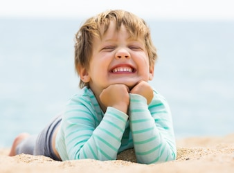 Szczęśliwa roześmiana dziewczynka