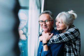 Szczęśliwa starszej osoby para w emerytura domu