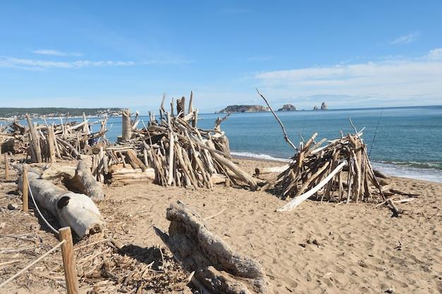 Szczątki burzy gromadzą się na plaży la gola del ter, prowincja girona, katalonia, hiszpania