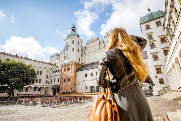 Szczecin, polska - 13 sierpnia 2017: kobieta spacerująca na wewnętrznym dziedzińcu zamku książęcego w szczecinie. zamek ten jest jednym z głównych ośrodków życia kulturalnego na pomorzu zachodnim