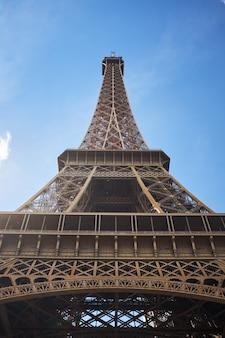 Szczegółu dolny widok wieża eifla na niebieskiego nieba tle wewnątrz