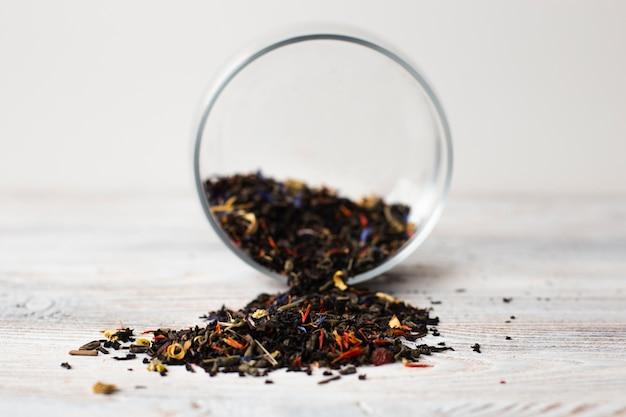 Szczegół aromatyczne zioła na stole