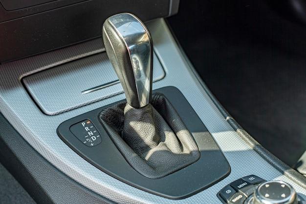 Szczegół automatycznej dźwigni zmiany biegów w nowoczesnym samochodzie
