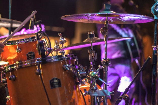 Szczegół bębna oświetlonego kolorowymi reflektorami na scenie koncertowej