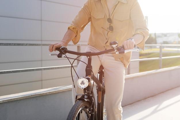 Szczegół człowiek jedzie na rowerze