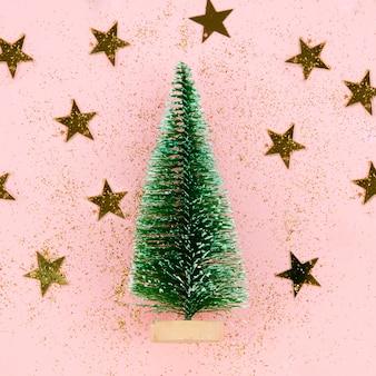 Szczegół dekoracji drzewa ze złotymi gwiazdami