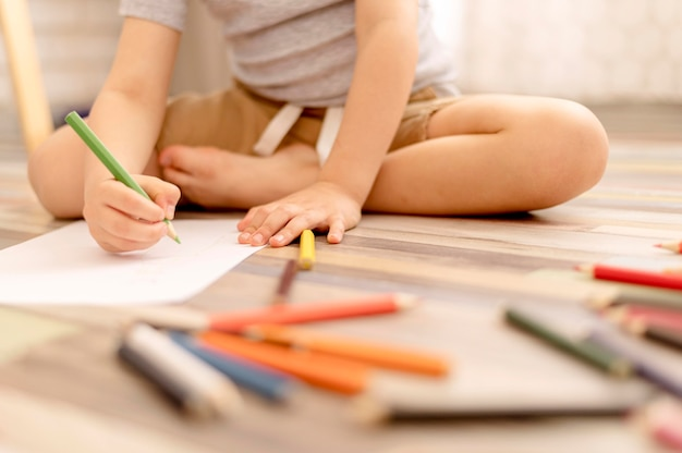 Szczegół dziecko rysunek na podłodze