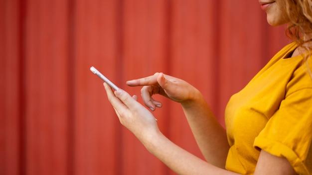 Szczegół dziewczyna z smartphone