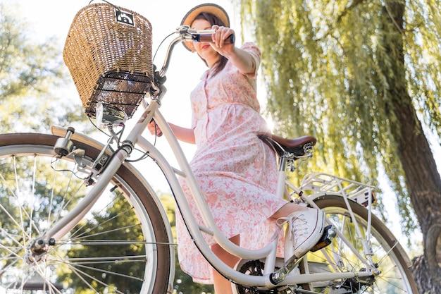 Szczegół elegancka kobieta jedzie na rowerze