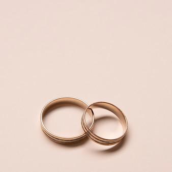 Szczegół eleganckie obrączki ślubne na stole