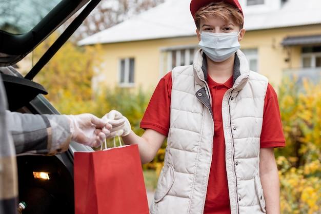 Szczegół facet trzyma papierową torbę