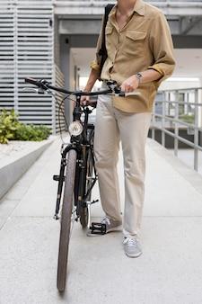 Szczegół facet trzyma rower