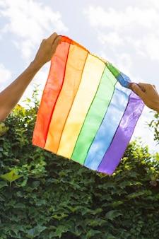 Szczegół flaga dumy gejowskiej w kolorach tęczy