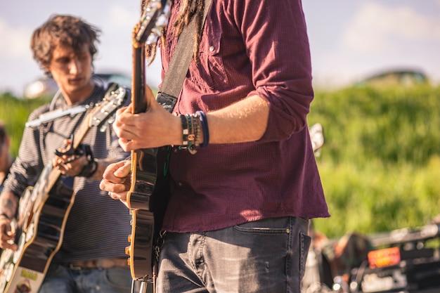 Szczegół gitarzysty trzymającego gitarę