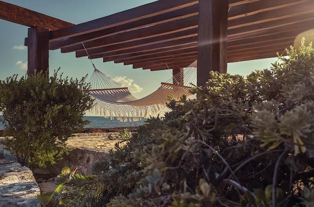 Szczegół hamaka pod altaną z widokiem na morze: idealne miejsce na odpoczynek w czasie wakacji.