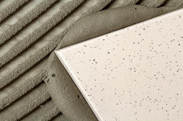 Szczegół instalacji płytek podłogowych