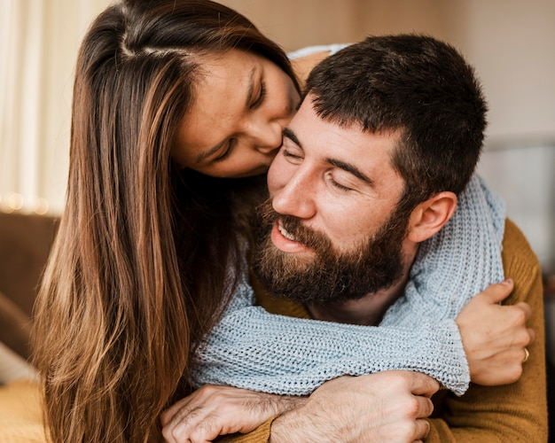 Szczegół kobieta całuje człowieka