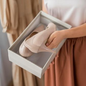 Szczegół kobieta sprawdza buty na obcasie