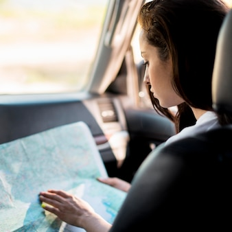 Szczegół kobieta sprawdza mapę