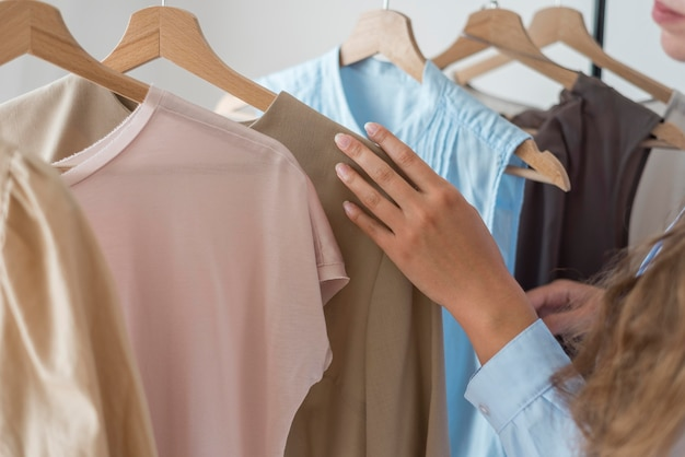 Szczegół kobieta sprawdza nowe ubrania