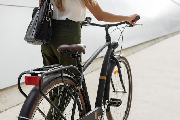 Szczegół kobieta trzyma kierownicę roweru