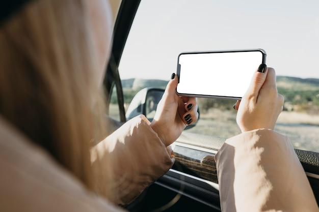 Szczegół kobieta trzyma smartfon