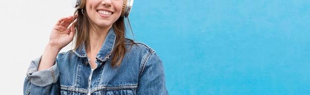 Szczegół kobieta ze słuchawkami