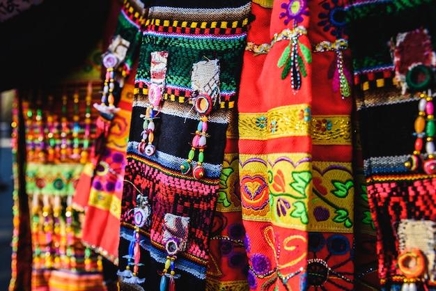 Szczegół kolorowego haftu typowego stroju z andyjskiego folkloru boliwii do tańca na tinku.